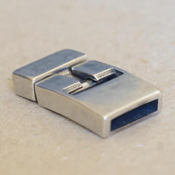 Fermoir en argent massif pour bracelet en cuir de largeur 15mm et épaisseur 3.5mm.